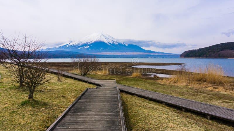 Держатель Фудзи с снегом на времени верхней части весной на озере Yamanaka стоковые изображения rf