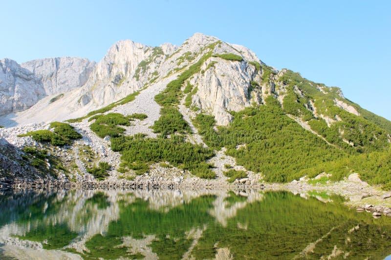 Держатель Sinanitsa и озеро стоковая фотография rf