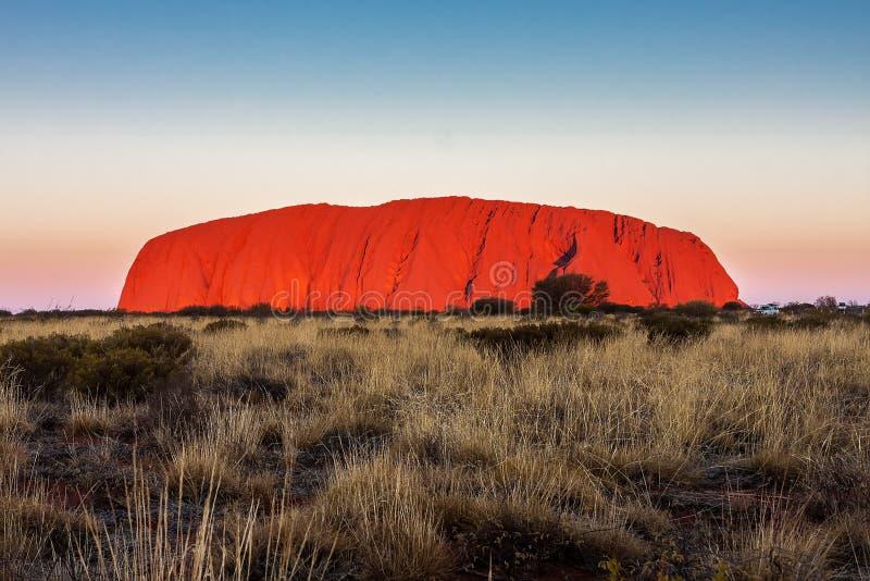Держатель Uluru на заходе солнца australites стоковая фотография