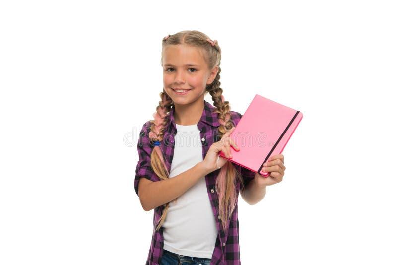 Держать ее секреты в дневнике Блокнот или дневник владением девушки ребенка милый изолированные на белой предпосылке заводь детст стоковые фотографии rf