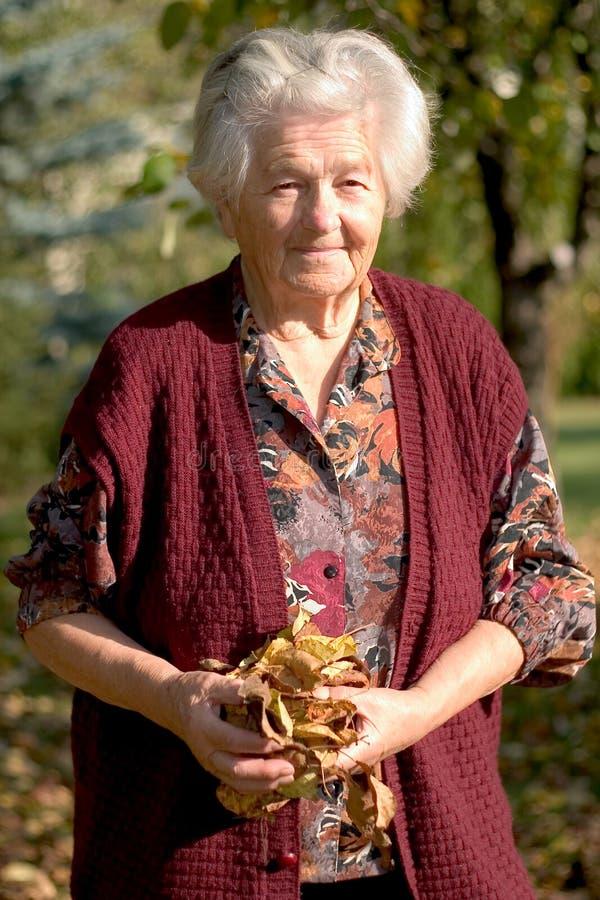 Download держать женщину старшия листьев Стоковое Изображение - изображение насчитывающей удерживание, пенсия: 480753