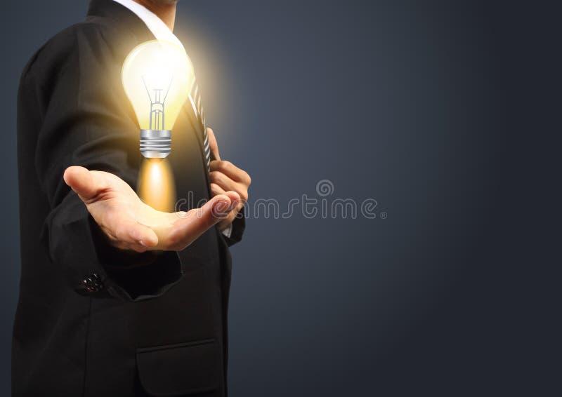 Держать мыслительные способности электрической лампочки бесплатная иллюстрация