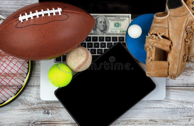 Держать пари на различных спорт с компьютерной технологией и деньгами внутри стоковое изображение