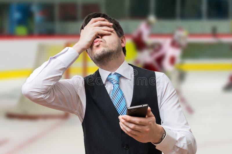 Держать пари онлайн концепция Человек разочарованн и раздражан стоковые изображения