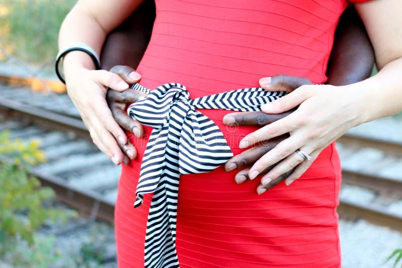 Держать руки на беременном животе стоковая фотография rf
