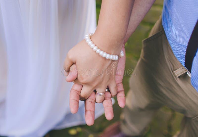 Держать руки с жемчугами стоковое изображение rf
