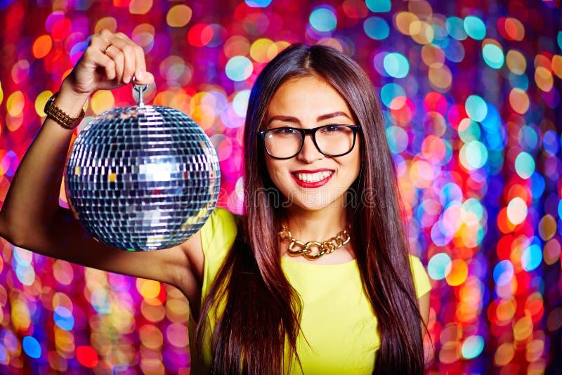 Держать шарик диско стоковые фото
