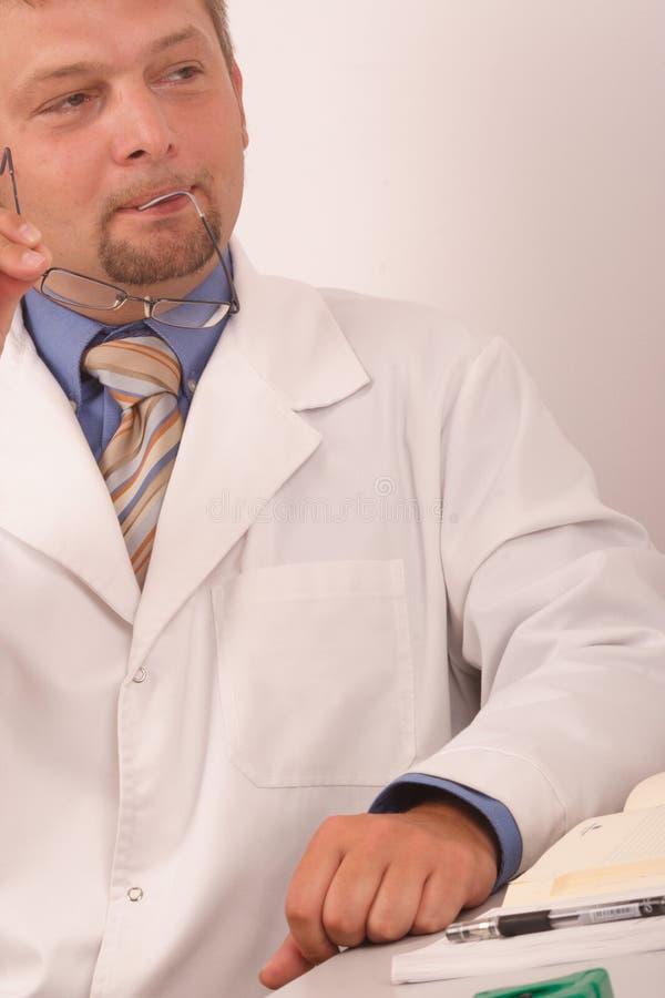 держать eyeglasses доктора стоковое изображение rf