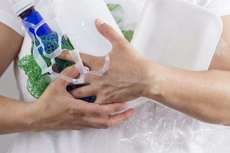 Держащ рециркулировать отход пластмассы стоковая фотография