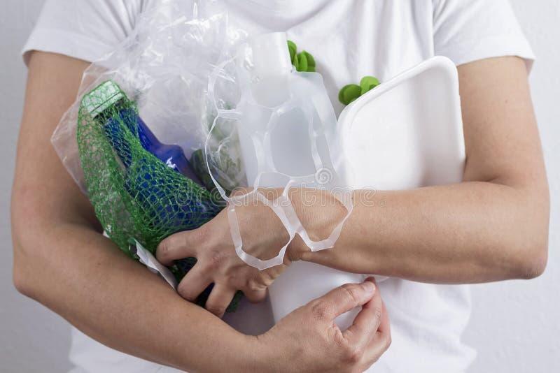 Держащ рециркулировать отход пластмассы стоковое фото