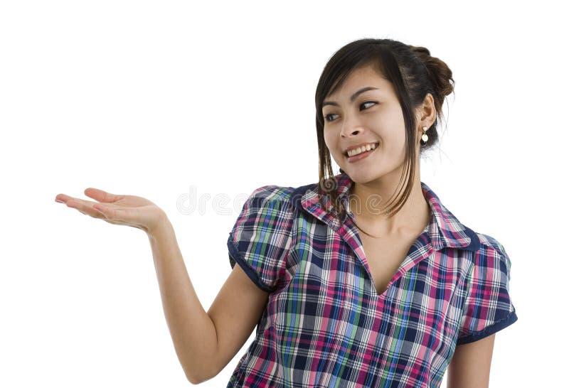держащ что-то женщина стоковое изображение rf