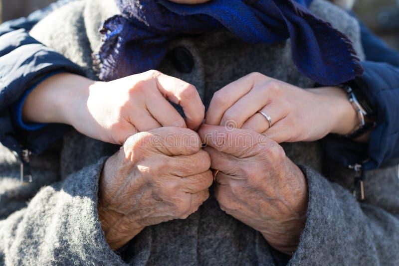 Держащ haands - любовь, привязанность, помощь стоковая фотография