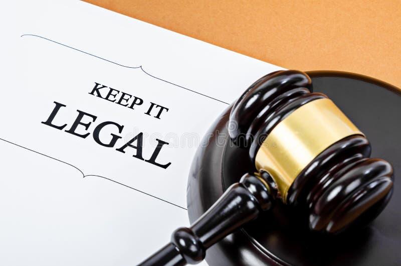 Держите его законный с деревянным молотком судьи стоковое изображение rf