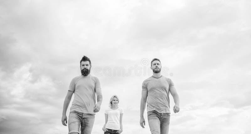 Держите его легкий, простой и ультрамодный Молодые люди в непринужденном стиле на облачном небе Люди моды выглядят случайными в о стоковая фотография rf
