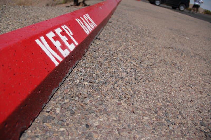 Держите назад дорожный знак стоковое изображение rf