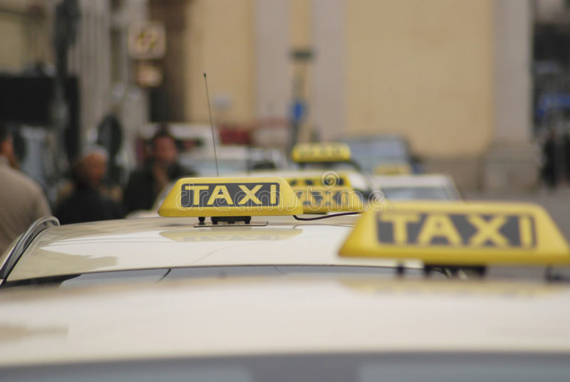 держите таксомотор стоковая фотография rf