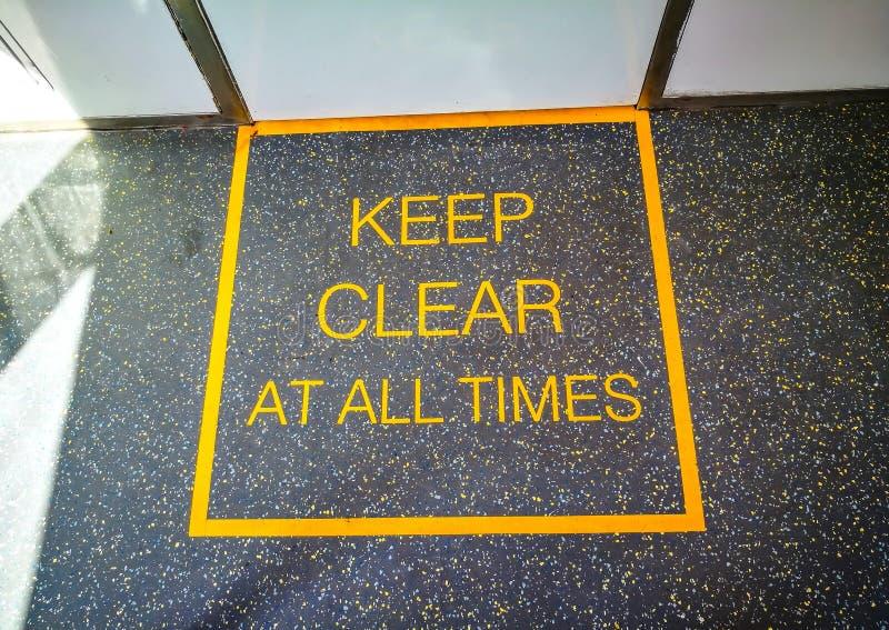Держите ясно во все времена знак на поле поезда стоковая фотография