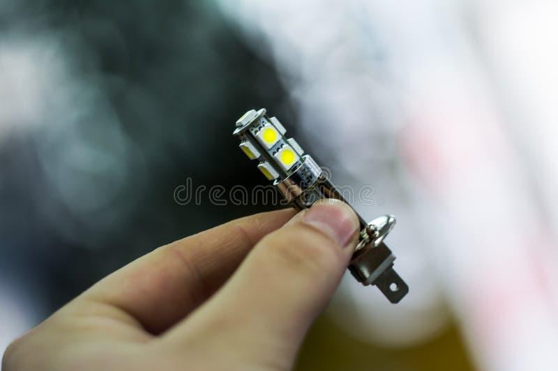 Держит лампу приведенную в его руках стоковая фотография