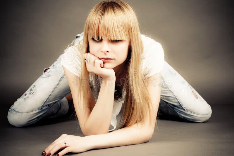 девушка сидит полагаться на локте стоковые фотографии rf