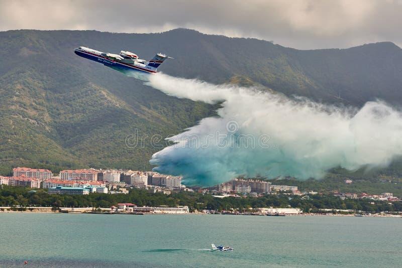 Десантный корабль Beriev Be-200ES a универсальный на Gidroaviasalon 2018 сбросов подкрашивал морскую воду над водным пространство стоковые фотографии rf