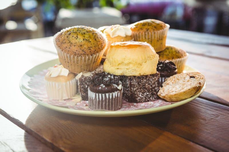 Десерты на плите стоковые изображения rf