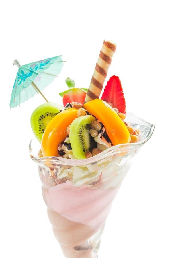 Десерты с взбитые cream и различный плодоовощей стоковое фото