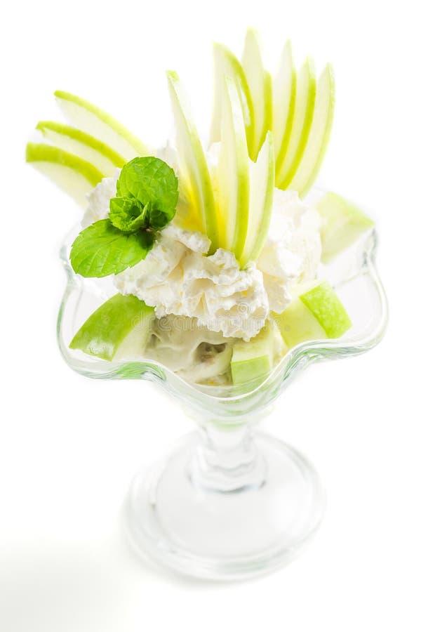 Десерты с зелеными яблоками и мороженым стоковое фото