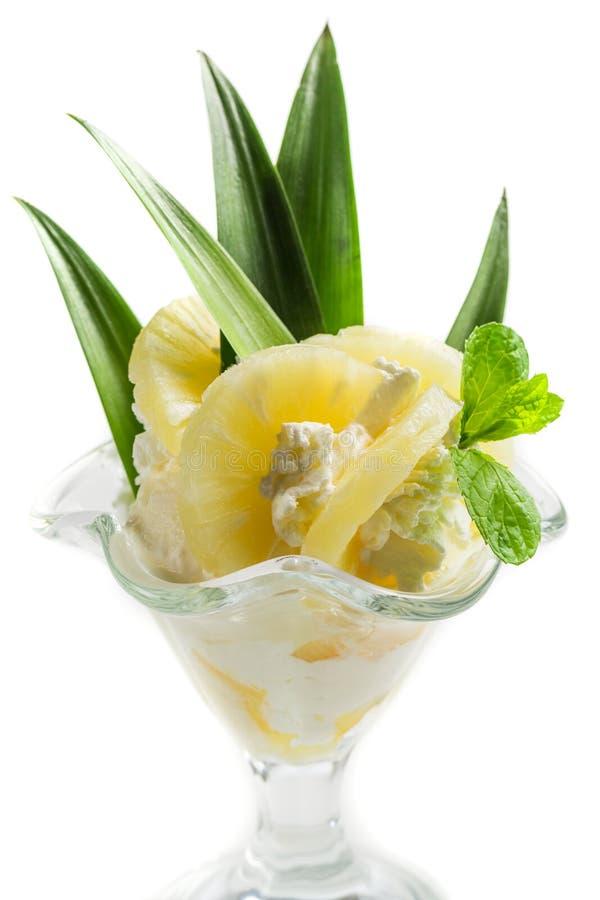 Десерты с мороженым и ананасом стоковая фотография
