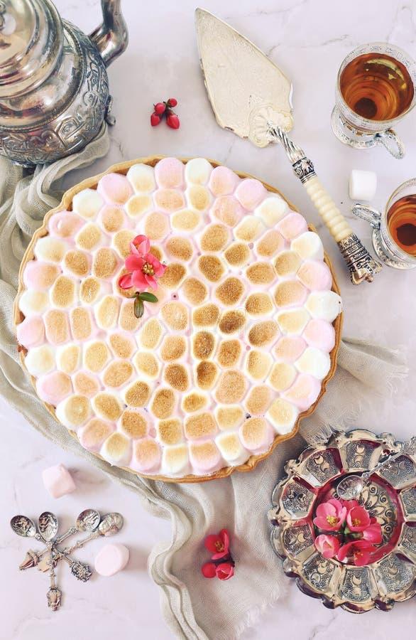 Десерт весны Торт с зефирами, цветками японской айвы и чашками чаю стоковое фото rf