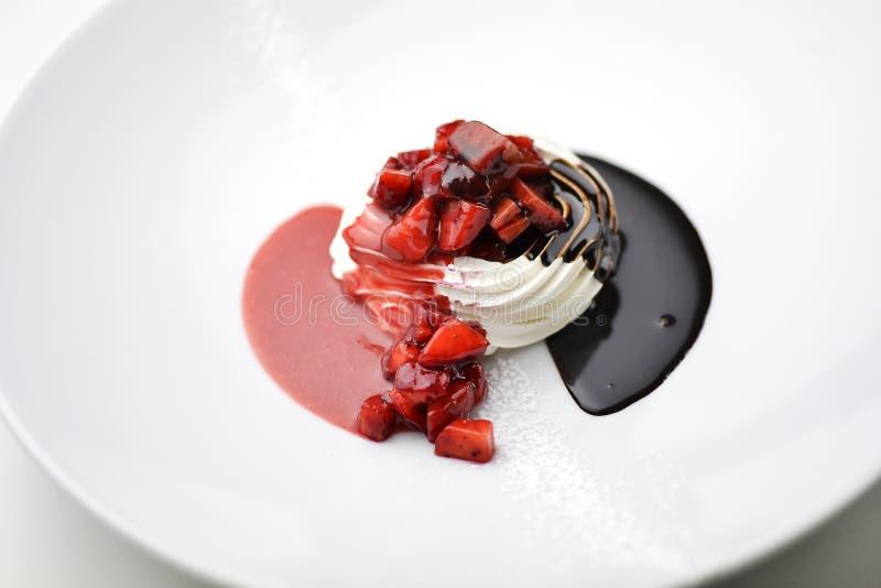 Десерт взбитой сливк с сливк и клубниками шоколада стоковая фотография rf