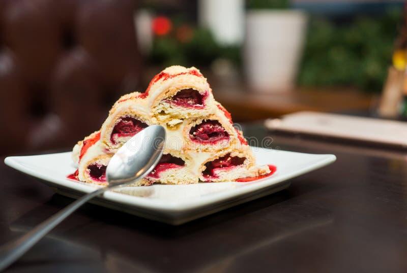 Десерт вишни с ложкой стоковые фотографии rf