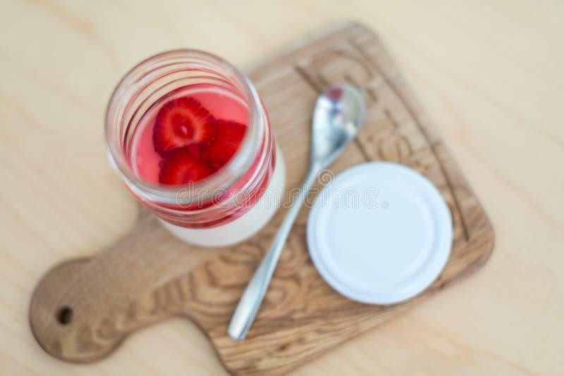 Десерт в опарнике на светлой доске стоковое фото rf