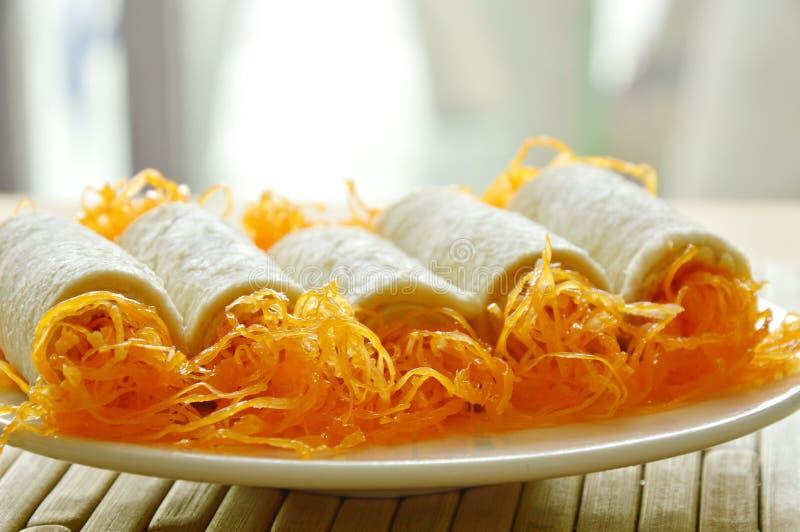 Десерт золотых потоков хлебца прикладной на блюде стоковые фотографии rf