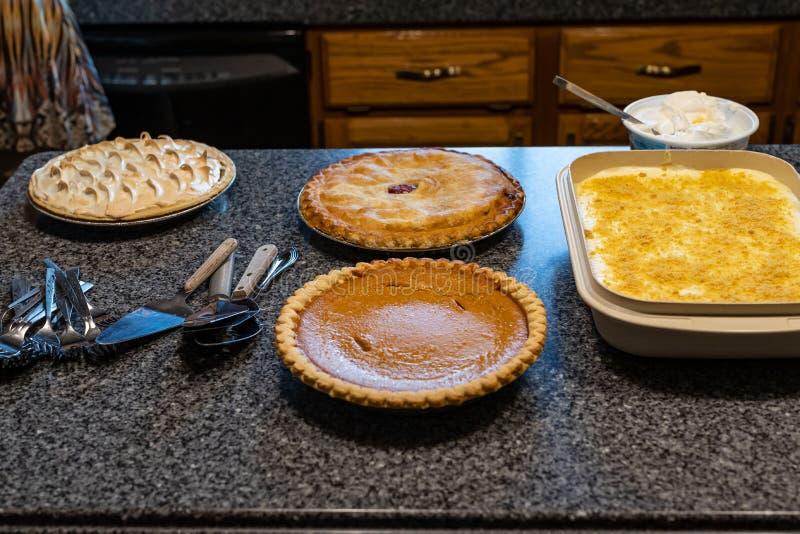 Десерт как раз около готов быть послуженным стоковое фото rf
