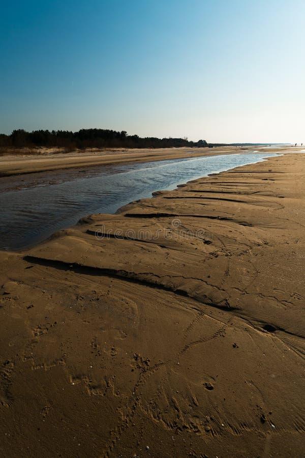 Десерт как текстурированный песок - пляж залива Балтийского моря с белым песком в заходе солнца стоковые изображения