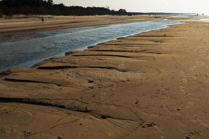 Десерт как текстурированный песок - пляж залива Балтийского моря с белым песком в заходе солнца стоковое изображение