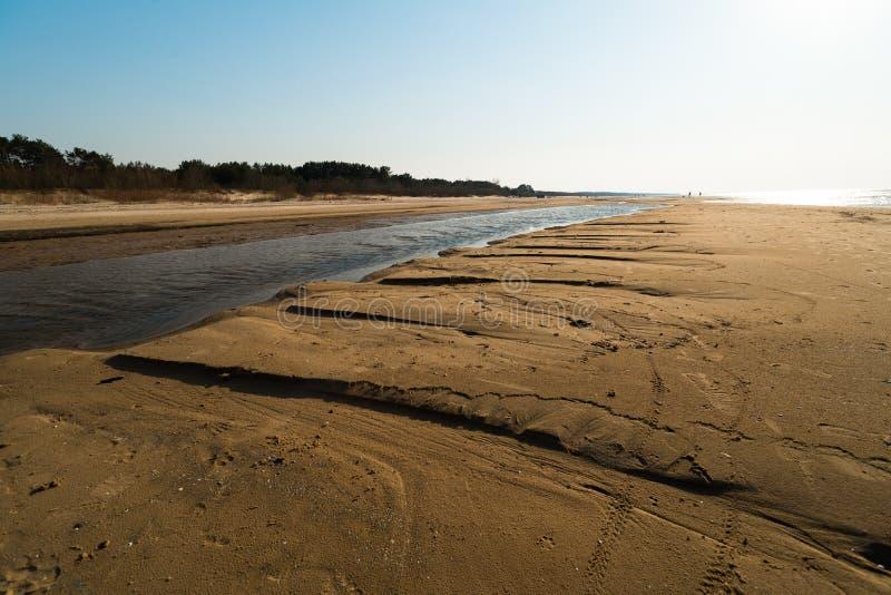 Десерт как текстурированный песок - пляж залива Балтийского моря с белым песком в заходе солнца стоковая фотография