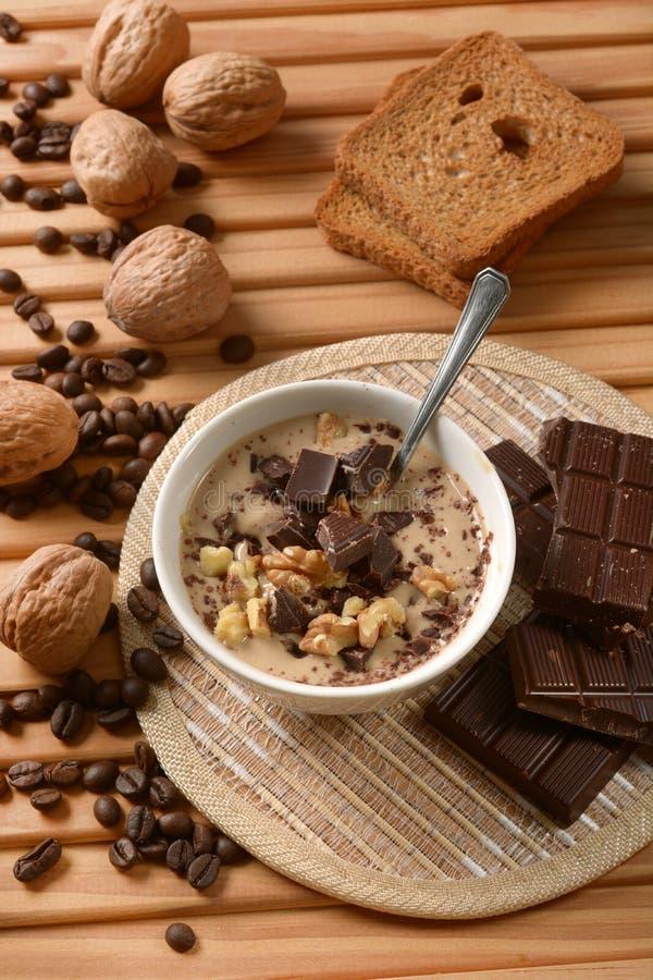 Десерт кофе с шоколадом и грецкими орехами стоковая фотография