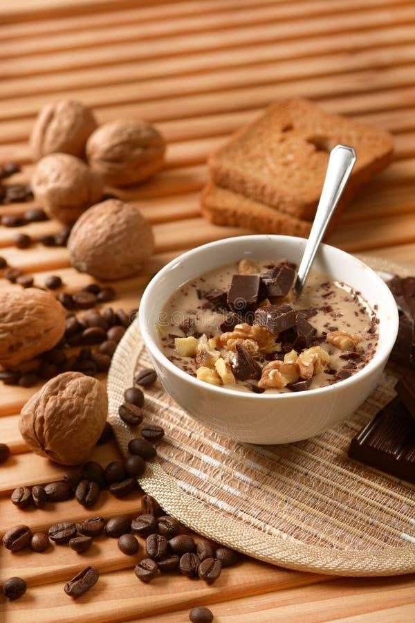 Десерт кофе с шоколадом и грецкими орехами стоковые изображения rf