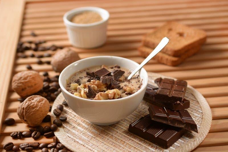 Десерт кофе с шоколадом и грецкими орехами стоковое фото