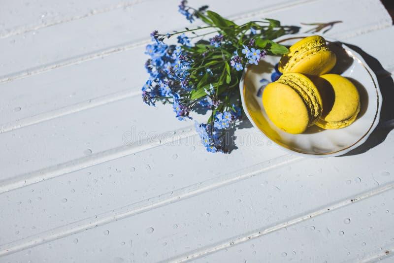 Десерт макарон вкусный французский на белом деревянном столе macarons на винтажной предпосылке Macaron сладостно тонизированное и стоковое изображение