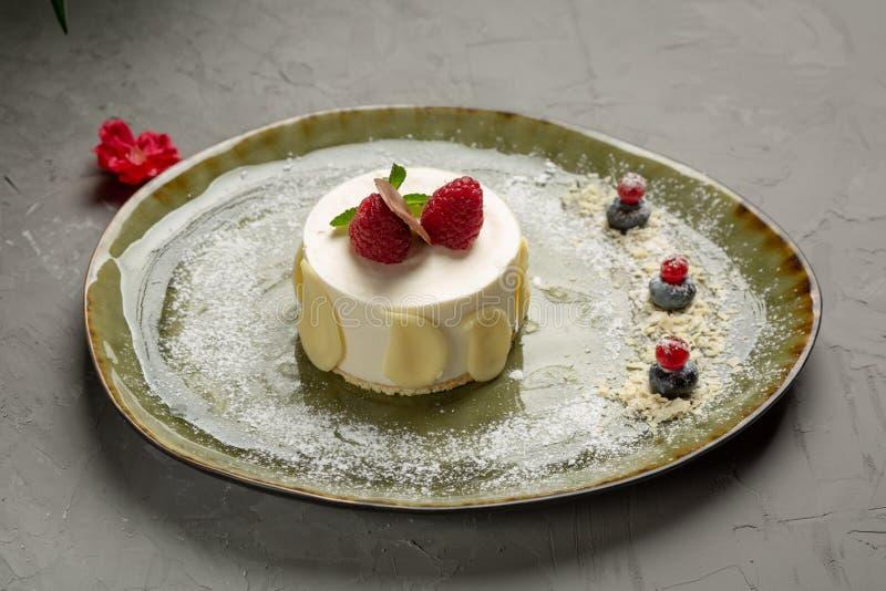 Десерт молока с плодом и шоколадом на серой предпосылке стоковое изображение