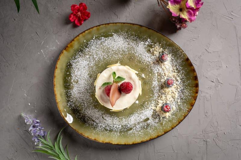 Десерт молока с плодом и шоколадом на серой предпосылке стоковая фотография rf