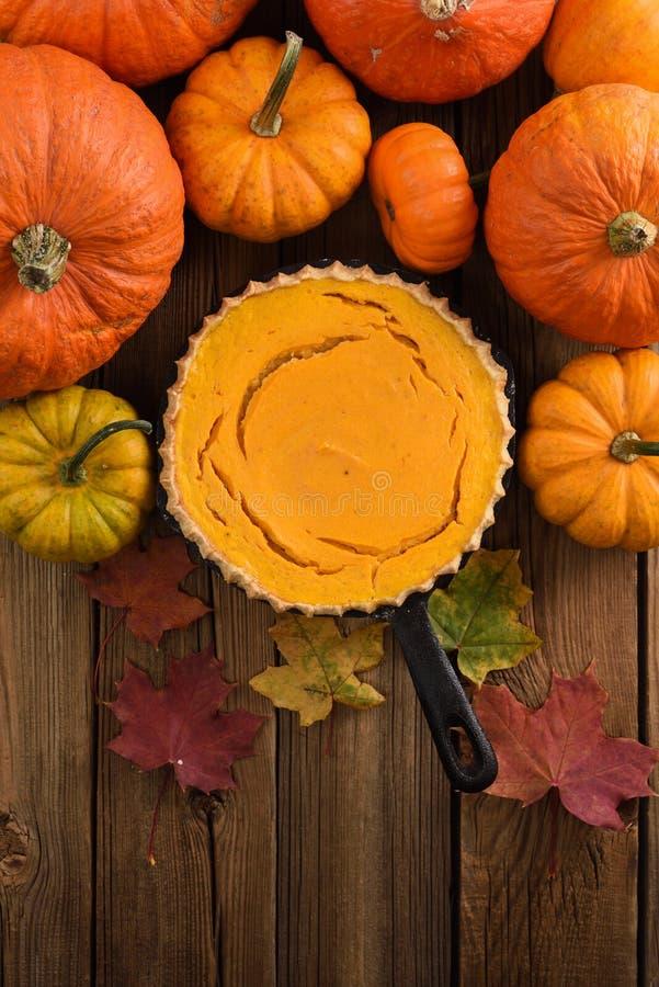 Десерт осени Раскройте пирог тыквы украшенный с ярким pu апельсина стоковые изображения