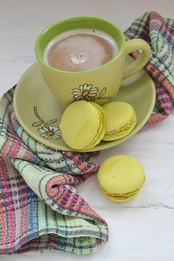 Десерт печенья macaroon macaron фисташки от Франции, вертикального фото с кофейной чашкой стоковые изображения
