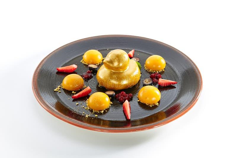 Десерт плодоовощ при клубники и изолированная сфера манго стоковое изображение