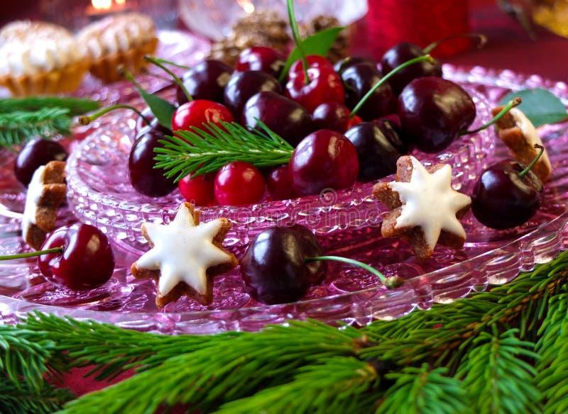 Десерт рождества - торты с красными вишнями и клюквами ягод стоковое фото