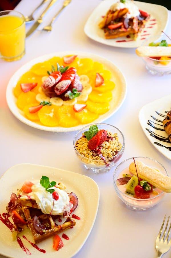 Десерт с круассанами, мороженым и отрезанным плодом стоковое изображение