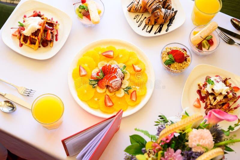 Десерт с круассанами, мороженым и отрезанным плодом стоковая фотография