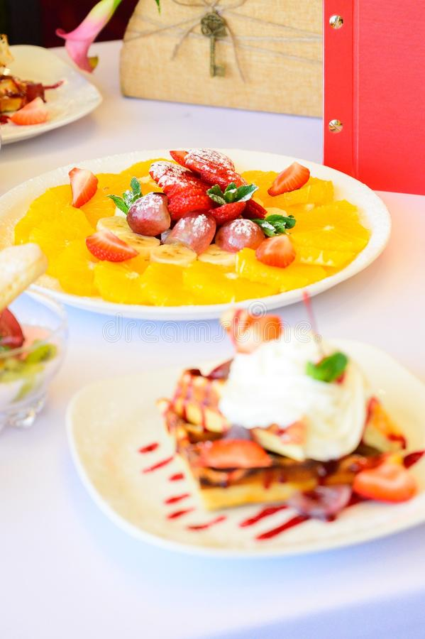 Десерт с круассанами, мороженым и отрезанным плодом стоковое изображение rf